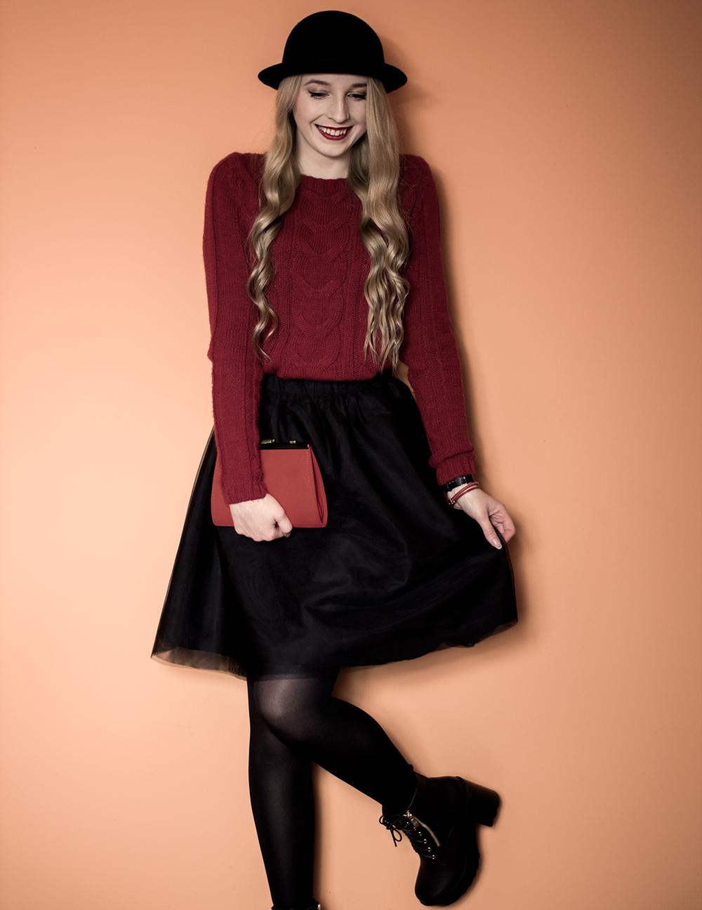 blond kręcone włosy blog modowy uśmiech czerwona szminka pajacyk pah stylizacja spódniczka tiulowa czarna house kapelusz lemoniq sweter z warkoczem botki na słupku elilu