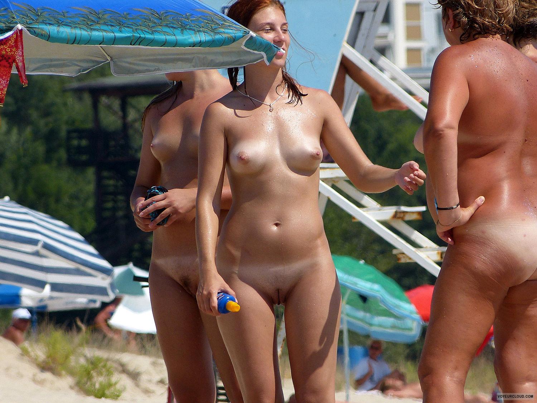 2 chicas desnudas en un estanque