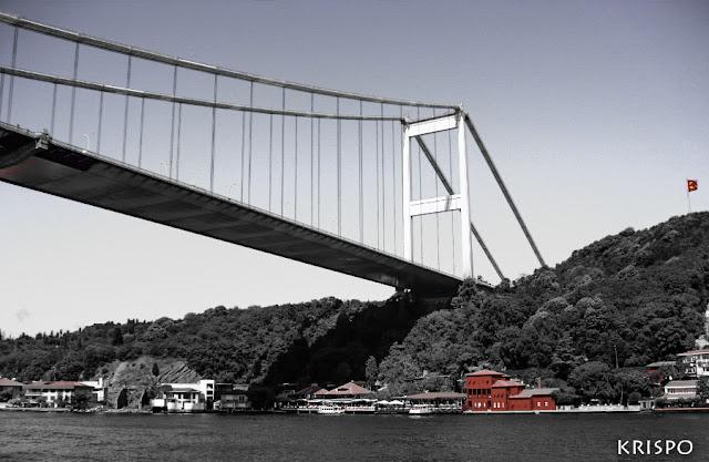 Puente que une la zona europea y asiática de Estambul