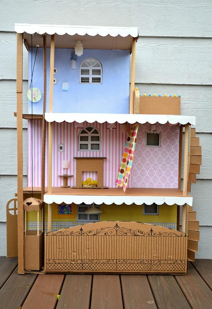 Casa de muñecas con cartón