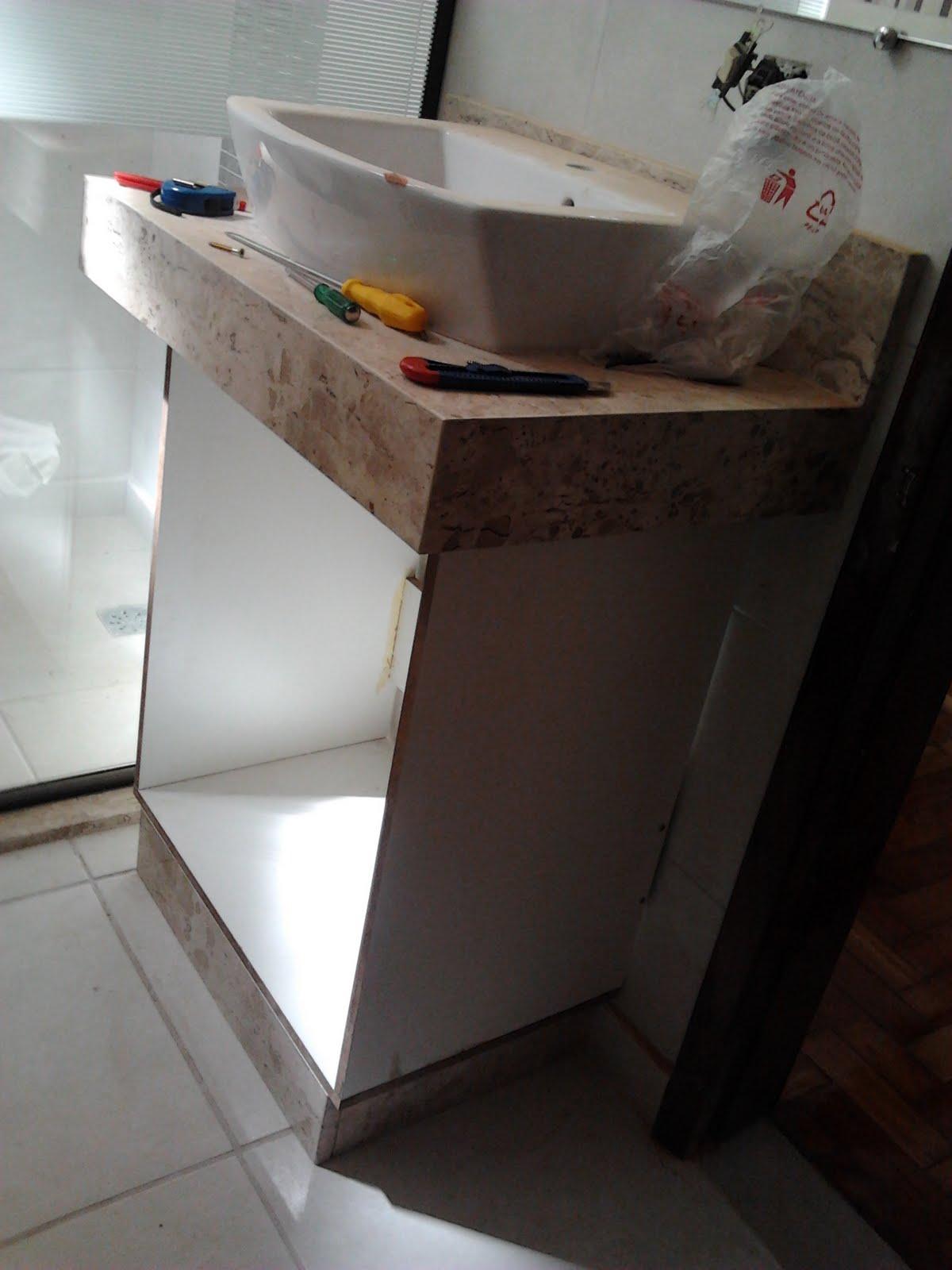 Agora a dúvida é a seguinte: sóculo de granito ou pés de aço inox  #624B3D 1200x1600 Armario Banheiro Coluna Pia