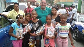 Candidato a diputado entrega útiles escolares en Sabana Perdida