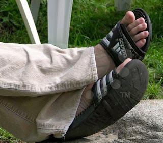 Pés de homem usando chinelo slide - Men in sandals - Pés Masculinos - chinelos Speedo - chinelo masculino para homem