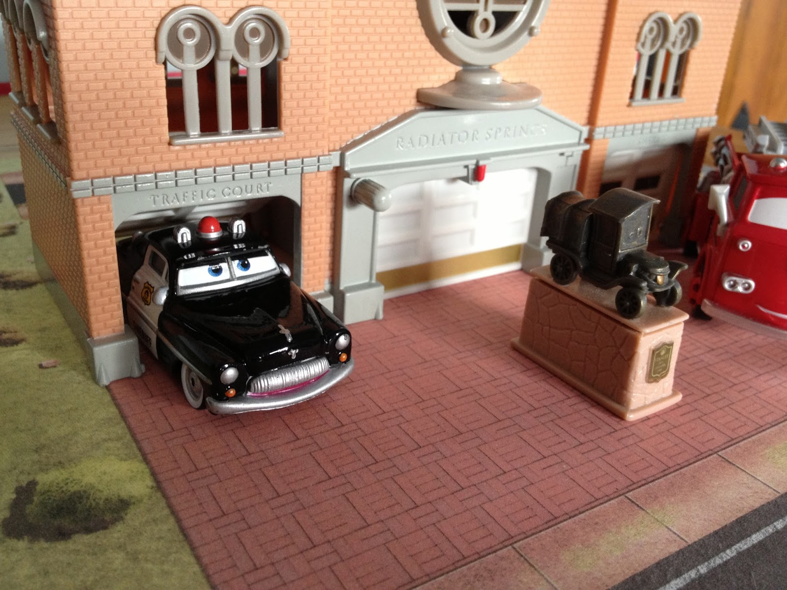 Dan The Pixar Fan Cars Courthouse Playset