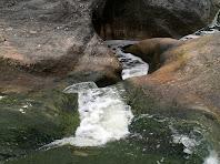 El corrent impetuós baixa travessant els Gorgs Blaus