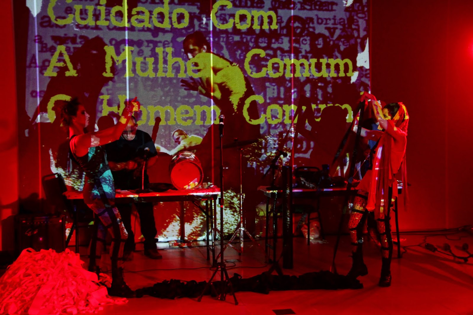 Nem Tente - Grupo Totem. Performers: Taína Veríssimo e Gabi Cabral. Músicos: Fred Nascimento e Mário Sérgio. Foto de Fernando Figueiroa.