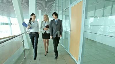 Berjalan 10 Menit Usai Duduk Lama di Kantor Sangatlah Penting !!