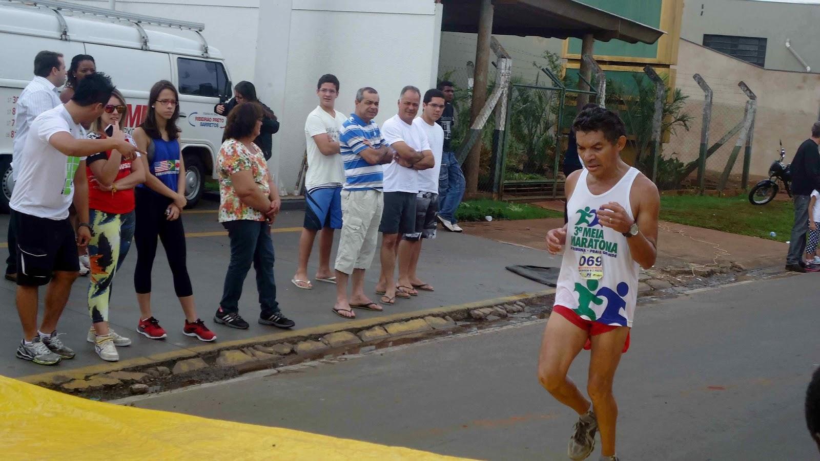 Foto 118 da 1ª Corrida Av. dos Coqueiros em Barretos-SP 14/04/2013 – Atletas cruzando a linha de chegada