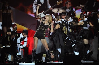 Fotos de Taylor Swift cantando ''Trouble'' no Brit Awards 2013