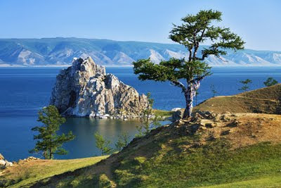 Arbol de los deseos en la Isla Olkhon junto al Lago Baikal en Rusia (Paisajes Naturales de Nuestro Planeta)