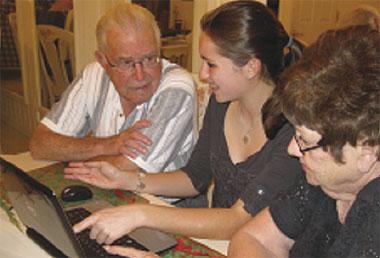Warga tua melayari internet bersama keluarga di London.