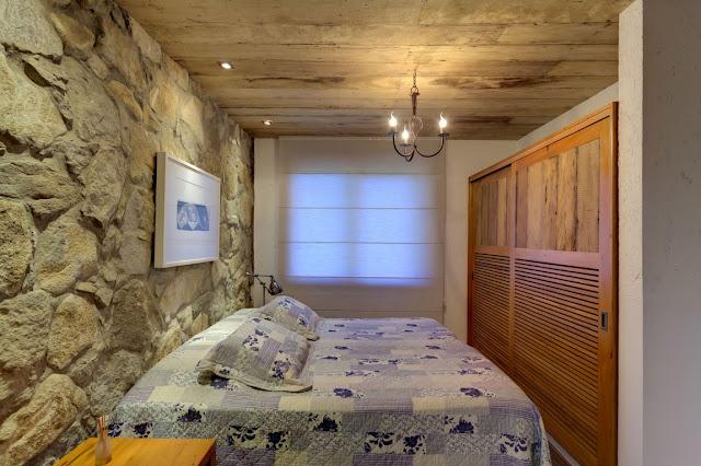 Como decorar dormitorios con paredes de piedra gu a y - Decorar paredes con piedra ...