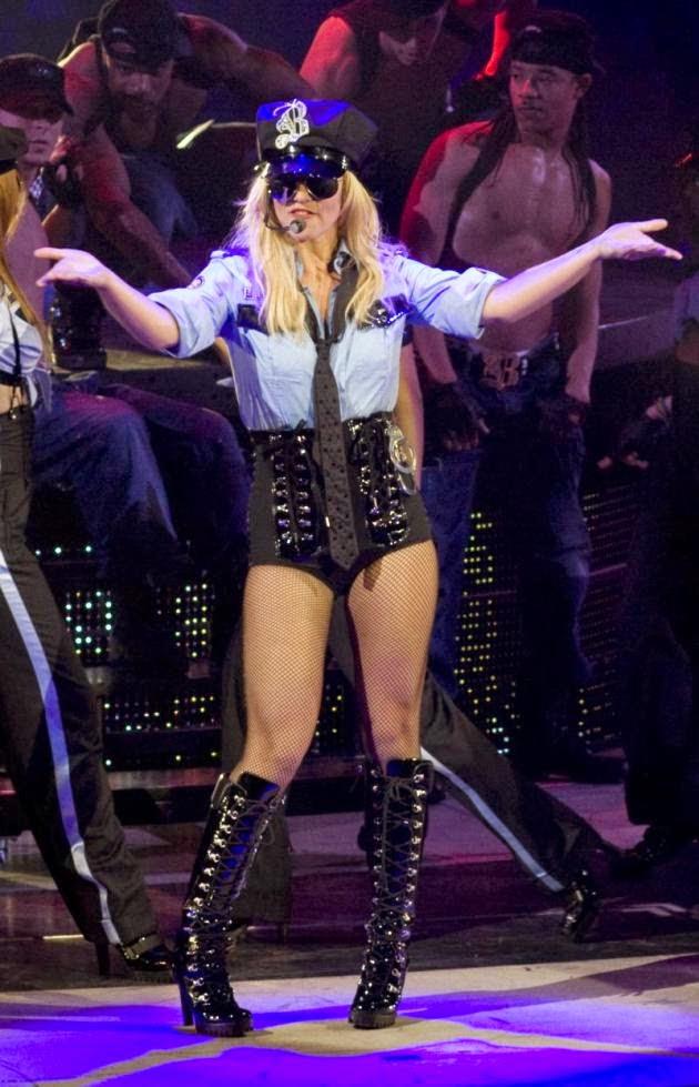 Бритни Спирс: Планирование тура, преследуют L.A. Банды