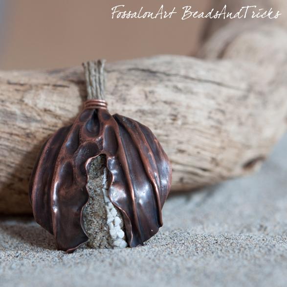 FossalonArt e Beads and Tricks, ciondolo in rame, corda, sabbia e frammenti di conchiglie