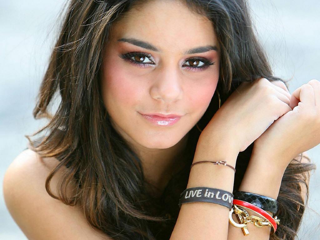 http://3.bp.blogspot.com/-kVXXwBC2hYY/TWO2CC7IdDI/AAAAAAAABO8/8VWzAjFrCEo/s1600/Vanessa-Hudgens-in-love.jpg