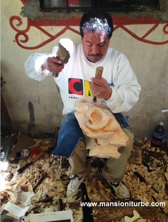 Gustavo Horta trabajando en su taller mascaras artesanales en Tocuaro