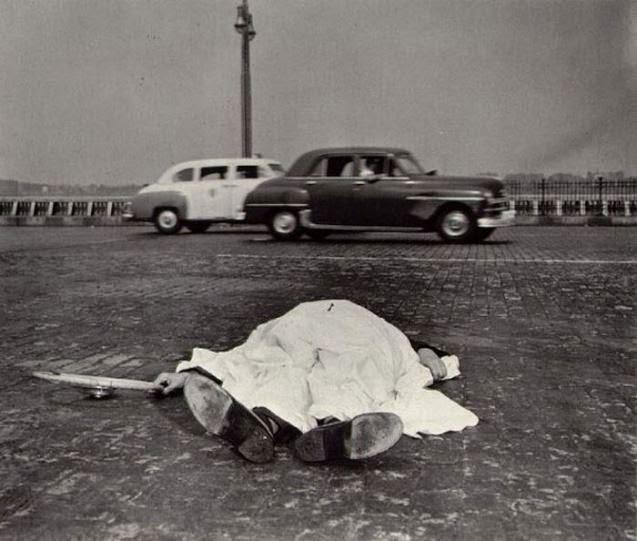 Fotografías de Arthur H. Fellig, Weegee, en la escena del crimen.
