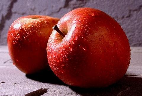 Todos sabem que frutas são alimentos saudaveis, a maçã é uma fruta ótima para a saúde, mas o que pode torna-lá ela uma vilã para a nossa alimentação é o que os produtores jogam sobre ela, pesticitas, são jogadas nas frutas para combater os bichos, por isso prefira frutas organicas, elas podem não ser muito atraentes aos olhos , mas a saúde agradece.