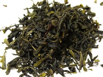 Daun teh hijau yang dikeringkan