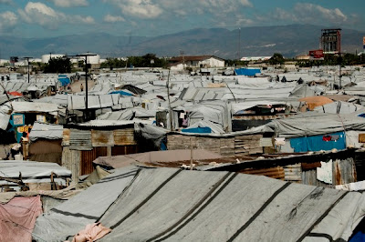 Dois anos depois, haitianos enfrentam violência e falta de higiene nos campos de desabrigados