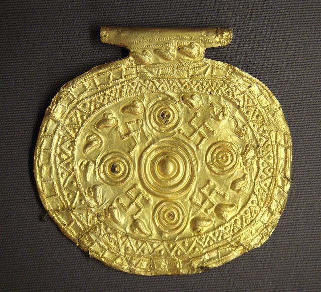 Pendente etrusco con simboli di svastica, Bolsena, Italia, 700-650 a. C. conservato al museo del Louvre.