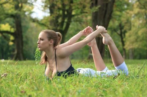 Tập yoga cùng siêu mẫu ngực bự lộ núm 6