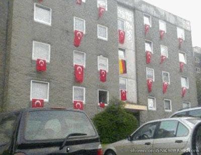 Bandeiras turcas enchem prédio em periferia urbana alemã