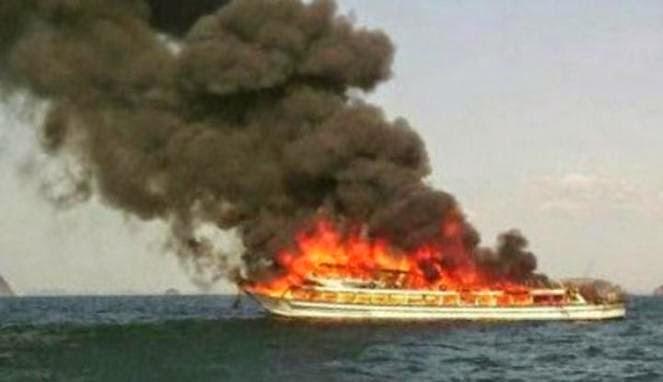 Gambar Feri Krabi Ke Phuket Thailand Terbakar 8 April 2015