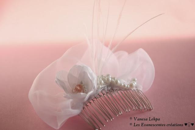 accessoire de coiffure bijoux pour cheveux pour mariage peigne en argent serti d'une fleur en taffetas soie de satin blanc avec perles de cristal rose et perles nacrées ivoire, pièce unique de créateur, réalisé par la styliste créatrice Vanessa Lekpa