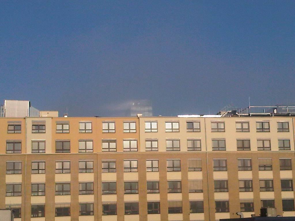 Spitze des IBM-Turmes im Nebel
