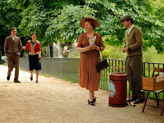 Sira Quiroga paseando por el parque con Ignacio vestido azul. El tiempo entre costuras. Capítulo 1.