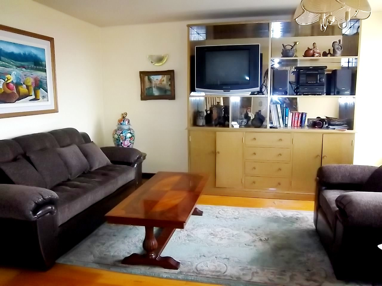 Sala de estar con TV. Dvd, stereo. title=