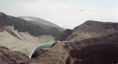 lago dentro del cráter del volcán Gorely