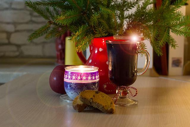 новогодняя композиция со свечой, яблоком и глинтвейном