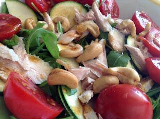 insalata di pollo e anacardi condita con salsa di soia