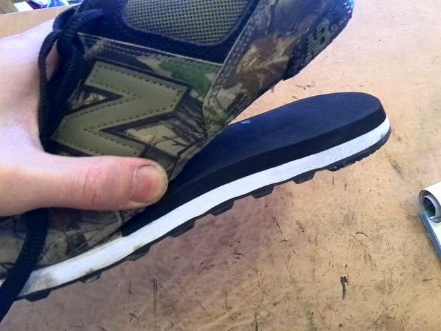 靴底の白い方に、用意した板をしっかりと接着して形を整えます。 この時ついでに、お客様がつけていた接着剤も削り落としてしまいます。