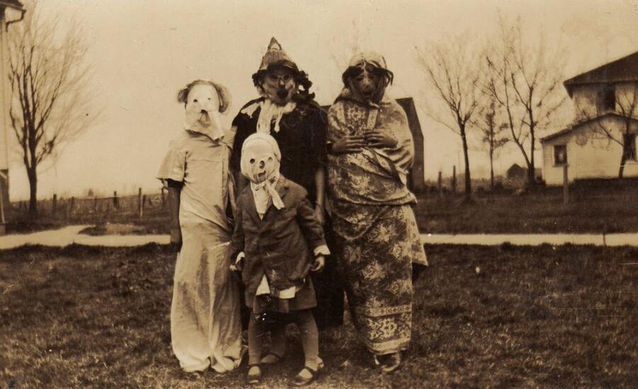 fotografia antigua de familia disfrazada en halloween