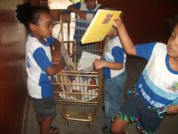 Carrinho da Biblioteca faz sucesso no Ensino Infantil