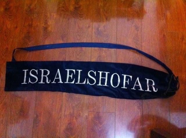 Bolsa shofar gadol terciopelo azul letras bordadas doradas 110 x 21 ctms.
