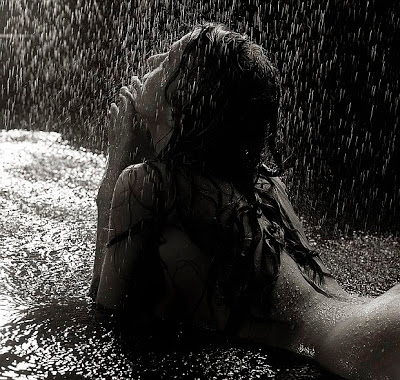 mujer mojada por la lluvia