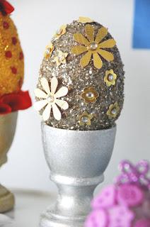 Ovos de Páscoa decorados com glitter