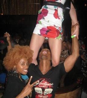 smešna slika: crni par uživa u noćnom klubu