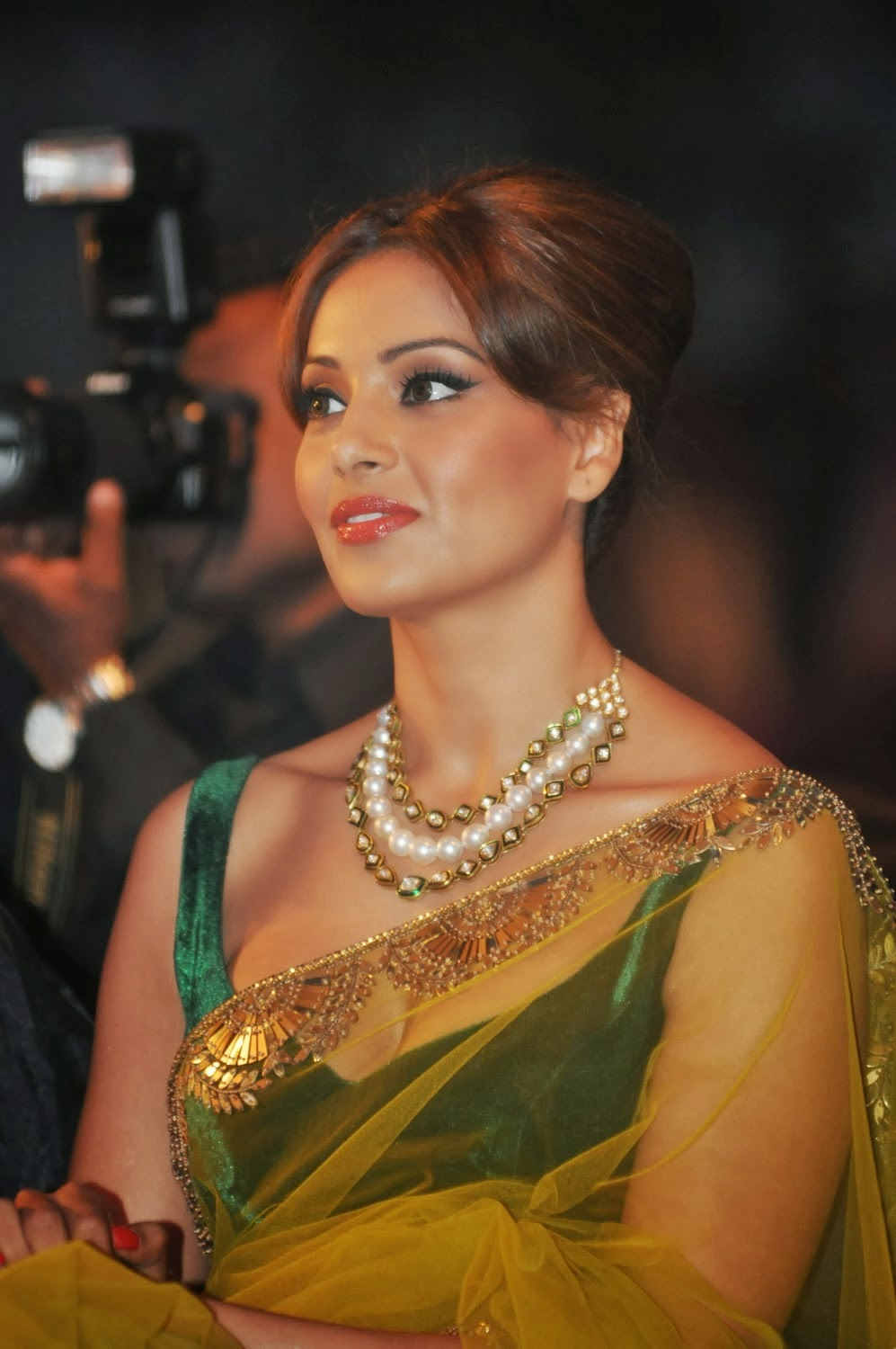 bipasha basu hot cleavage pics in saree