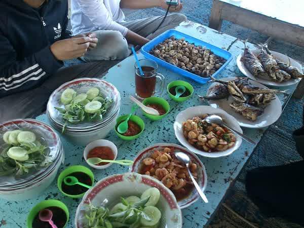 Menikmati Seafood Lezat Di Pantai Depok