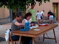 Els col·laboradors a la taula de les inscripcions