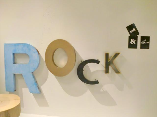 "Buchstaben ""Rock"" bei Rolf Benz"