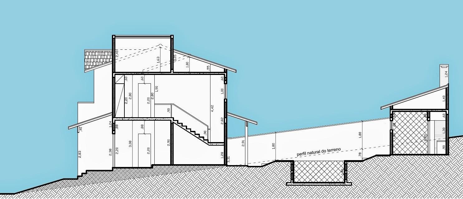 O perfil do lote, com aproximadamente 28 metros de profundidade e quatro metros de desnível, foi adaptado com pouca movimentação de terra através de patamares distintos: residência, piscina e área de lazer.