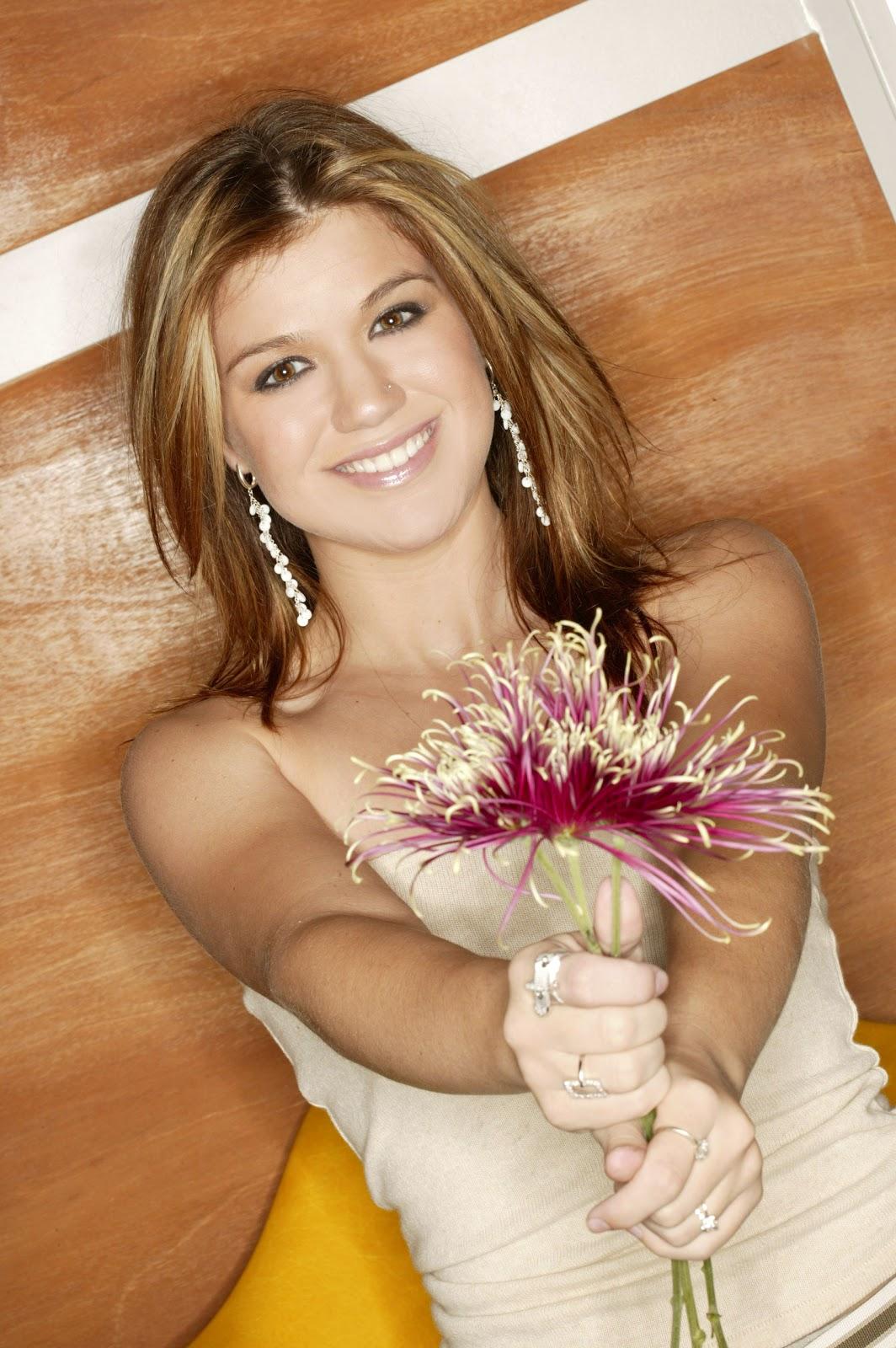 http://3.bp.blogspot.com/-kdCiegGEyuI/TlDf3eN8sYI/AAAAAAAAAAw/eDztSIVrSAw/s1600/Kelly-Clarkson-life-style-2011-07-american-singer-and-actress.jpg