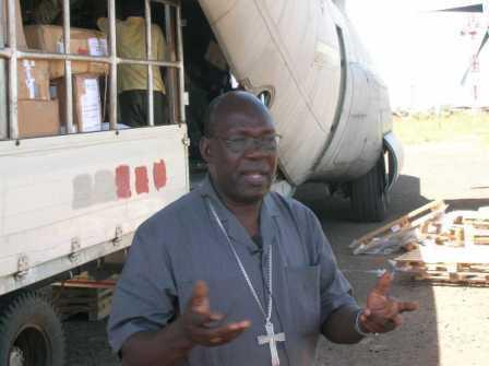 L'Arcivescovo di Juba e Presidente della Conferenza Episcopale Sudanese, Monsignor Paulino Lukudo Loro, è venuto personalmente in aeroporto per ringraziare il nostro coordinatore e l'equipaggio in occasione del terzo volo umanitario. Sullo sfondo l'aereo mentre viene scaricato. 2007