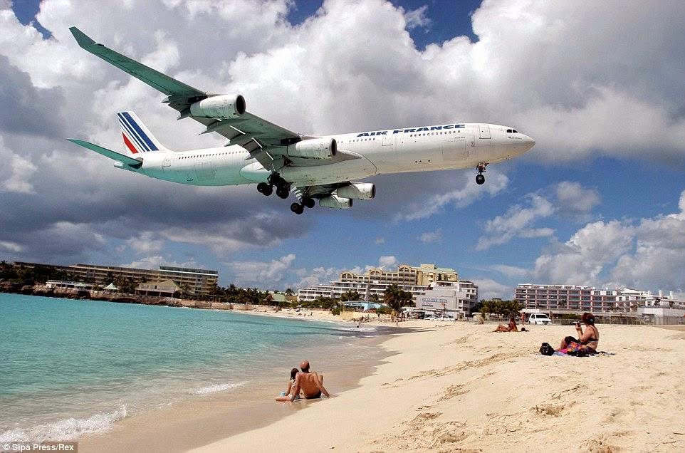 شاطئ يقترب منه الطائرات